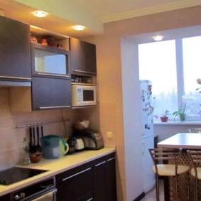 Кухонный гарнитур с коричневыми фасадами