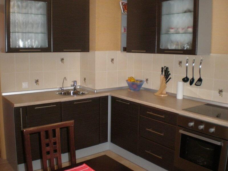 дизайн кухни с вентиляционным коробом гарнитур
