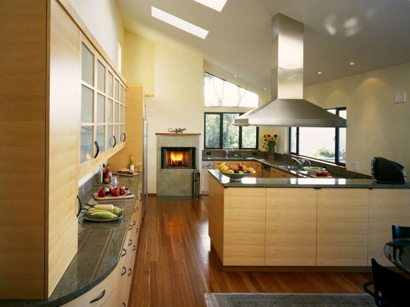 дизайн кухни с вентиляционным коробом камин