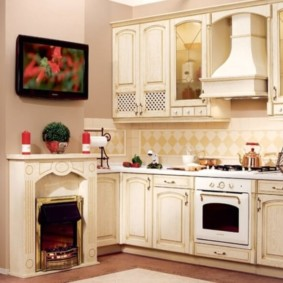 дизайн кухни с вентиляционным коробом и камином
