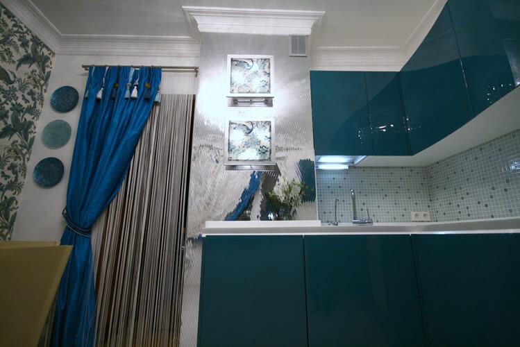 дизайн кухни с вентиляционным коробом зеркальная отделка