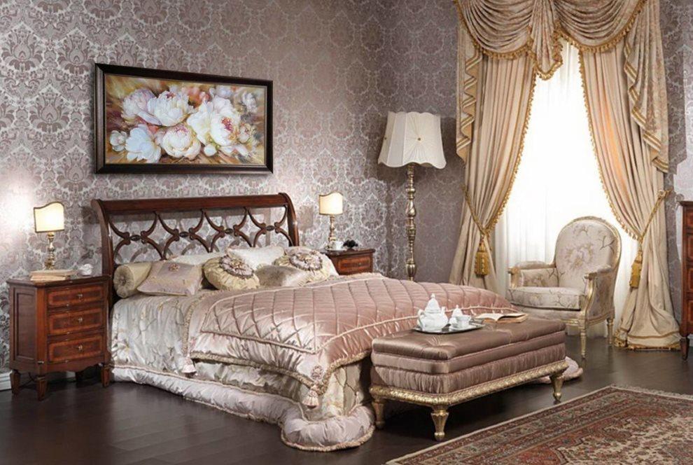 Отделка стен спальни тканевыми обоями с рисунком