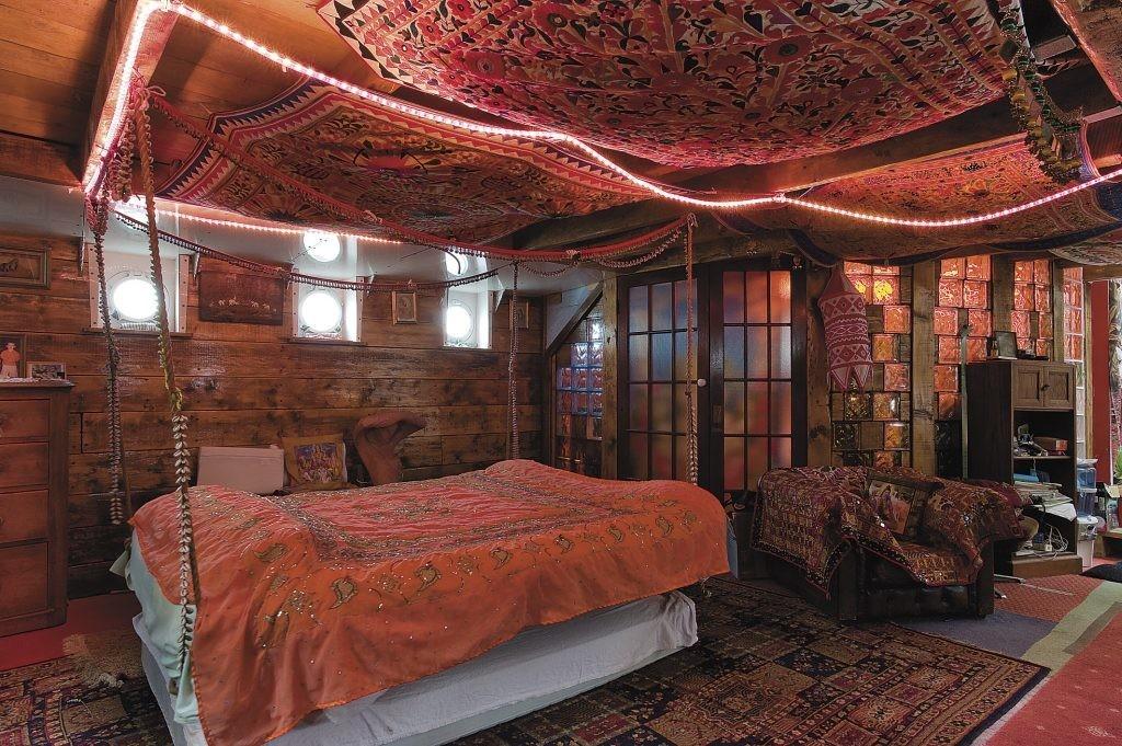 Спальня в индийском стиле с драпировкой на потолке