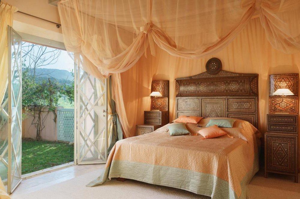 Драпировка стен и потолка в спальне