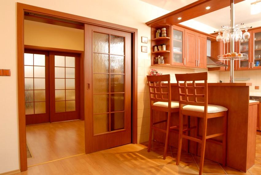 Раздвижная дверь в кухне-гостиной