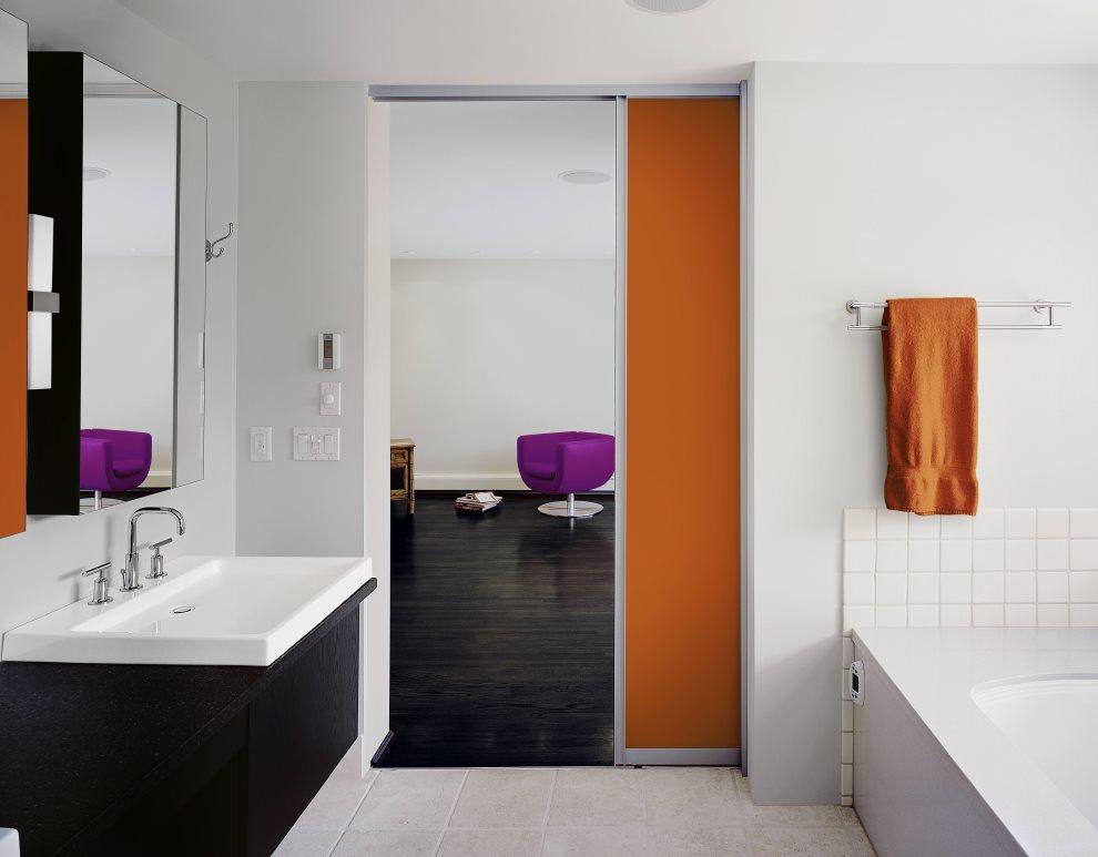 Яркая раздвижная дверь в светлой ванной