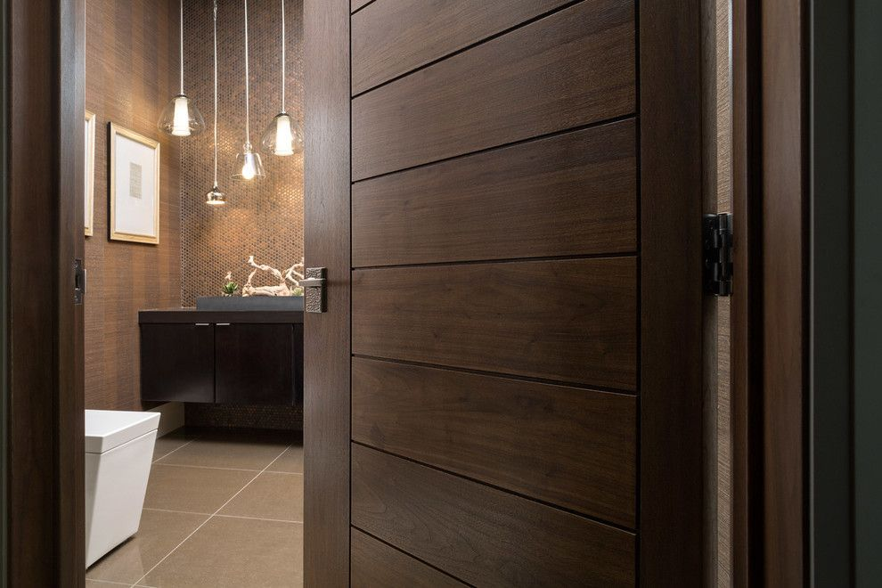 Коричневая дверь в ванную комнату
