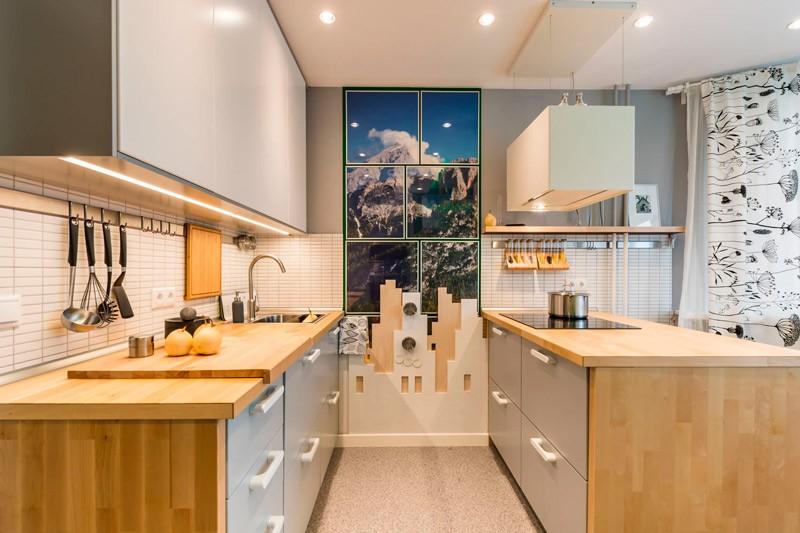 Двухрядный гарнитур в просторной кухне