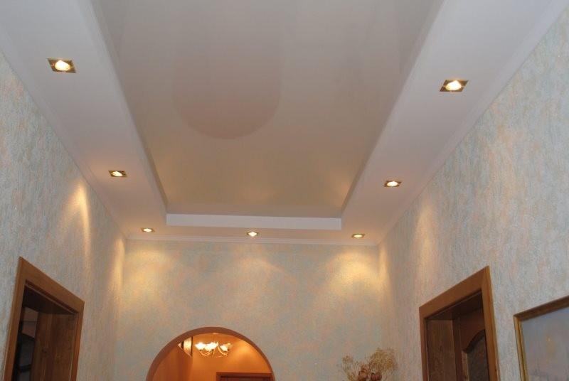 Точечные светильники на потолке коридора