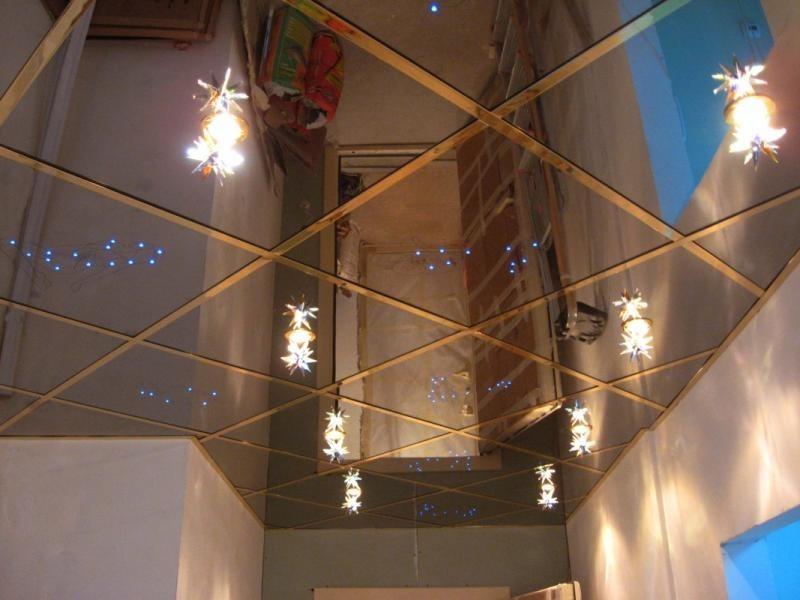 Зеркальная плитка на потолке прихожей в городской квартире