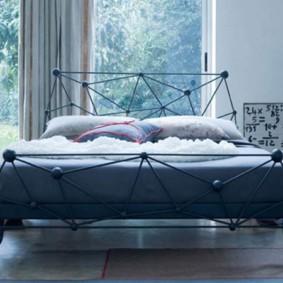 эксклюзивная спальня с кроватью у окна