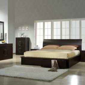 элитная спальня с кроватью у окна