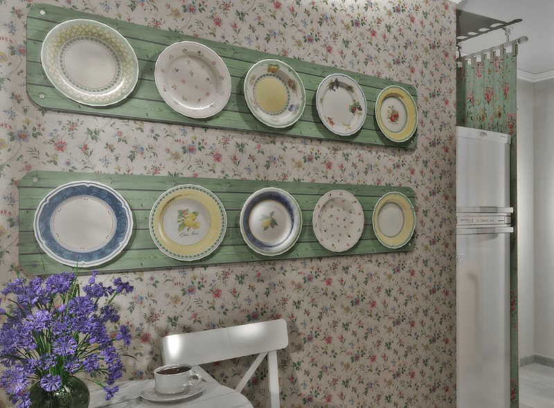 Декор тарелками кухни в стиле прованс