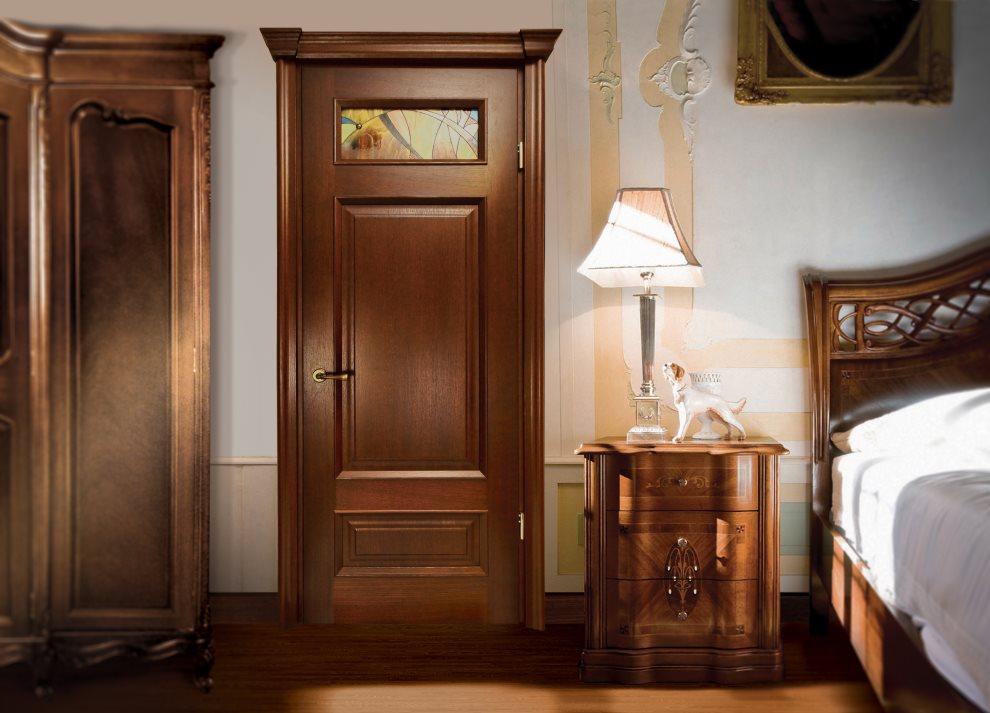 Коричневая дверь в классической спальне