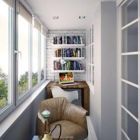 Книжные полки в торце застекленного балкона