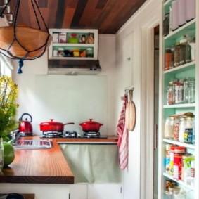 Угловая кухня на обустроенном балконе