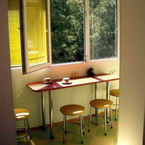Узкий столик перед открытым окном