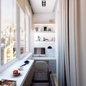 Рабочий кабинет на балконе многоэтажного дома