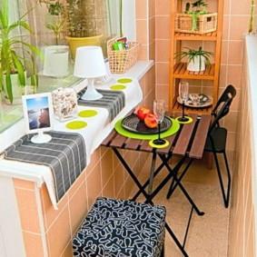 Раскладной столик с деревянной столешницей