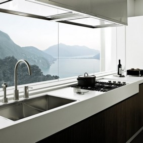 Линейная кухня вдоль большого окна