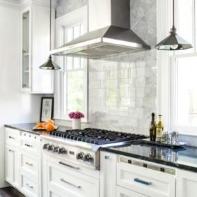 Открытая вытяжка в кухне частного дома