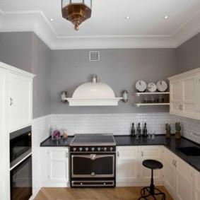 Небольшая кухня с серыми стенами