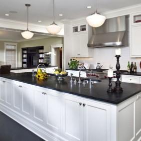 Многофункциональный кухонный остров с черной столешницей
