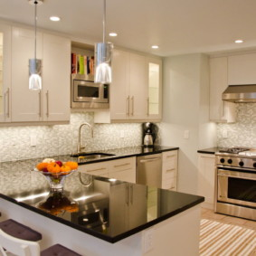 Освещение кухни с белой мебелью