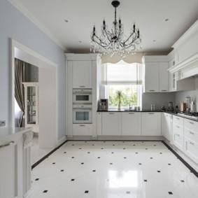 Глянцевый пол в большой кухне