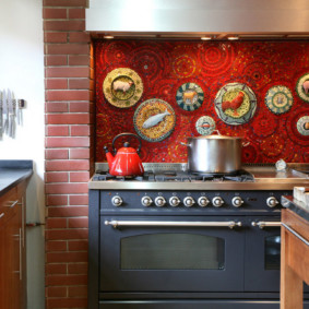 Декор тарелками кухонного фартука