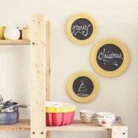 Стеллаж из дерева для кухонной посуды