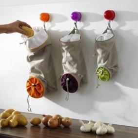 Подвесные мешочки для хранения лука и чеснока