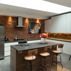 Картина на кирпичной стене кухни