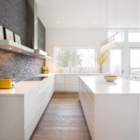 Декор стены кухни искусственным камнем