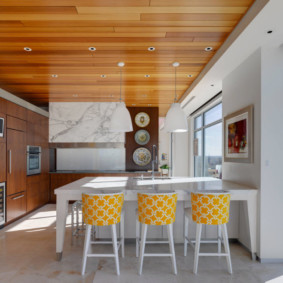 Декор потолка кухни деревянными панелями