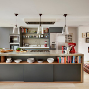 Открытая полка для посуды в кухонном острове
