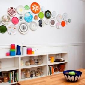 Разноцветные тарелки на белой стене