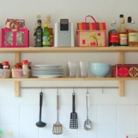 Деревянные полки с кухонной утварью