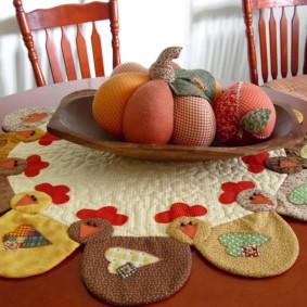 Вязанная салфетка на обеденном столе