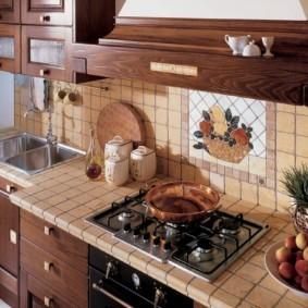 Декор фартука керамической плиткой