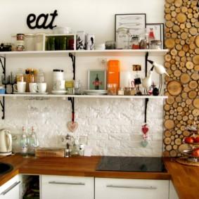 Деревянные спилы на стене современной кухни