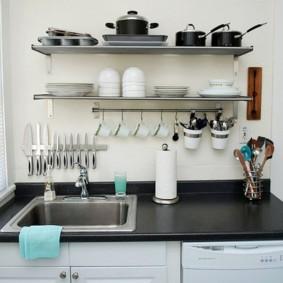 Настенные полки с фарфоровой посудой