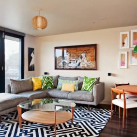Геометрические узоры на ковре в гостиной
