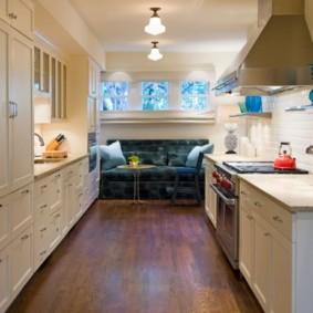 Деревянный пол в двухрядной кухне