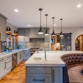 Кухонный остров с радиусным диваном