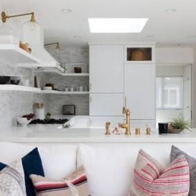Белая кухня с полками на стене