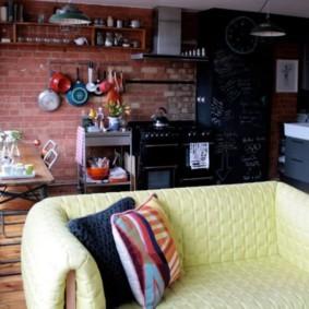 Желтый диванчик в кухне лофт стиля