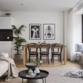 Светло-серый ковер на полу в гостиной