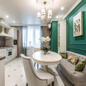Узкий диван в классической кухне