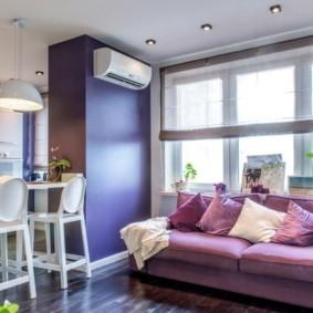 Фиолетовый диван перед кухонным окном